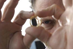 """ARD DER METZGER UND DER TOTE IM HAIFISCHBECKEN, Deutschland 2015, Regie Andreas Herzog, am Donnerstag (12.02.15) um 20:15 Uhr im Ersten Willibald Adrian Metzger (Robert Palfrader) hat einen Ring mit einem eingravierten Datum gefunden. © ARD Degeto/Jacqueline Krause-Burberg, honorarfrei - Verwendung gemäß der AGB im engen inhaltlichen, redaktionellen Zusammenhang mit genannter Degeto-Sendung und bei Nennung """"Bild: ARD Degeto/Jacqueline Krause-Burberg"""" (S2). ARD Degeto/Programmplanung und Presse, Tel: 069/1509-335, degeto-presse@degeto.de"""
