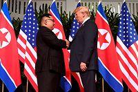 Kim Jong Un und Donald Trump begannen ihr Aufeinandertreffen nach dem obligatorischen Hanschlag mit einem etwa vierzigminütigen Vier-Augen-Gespräch.