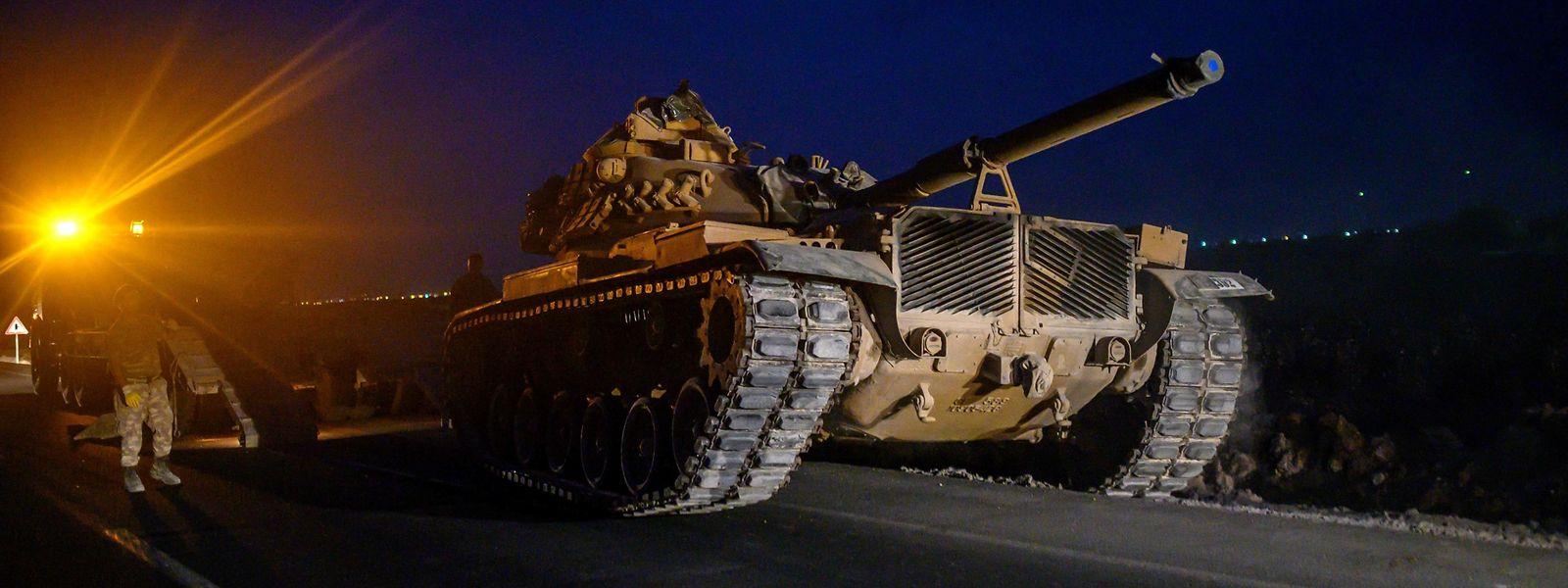 Les premières manœuvres d'engins militaires ont été dénoncées par la France et l'Union européenne.