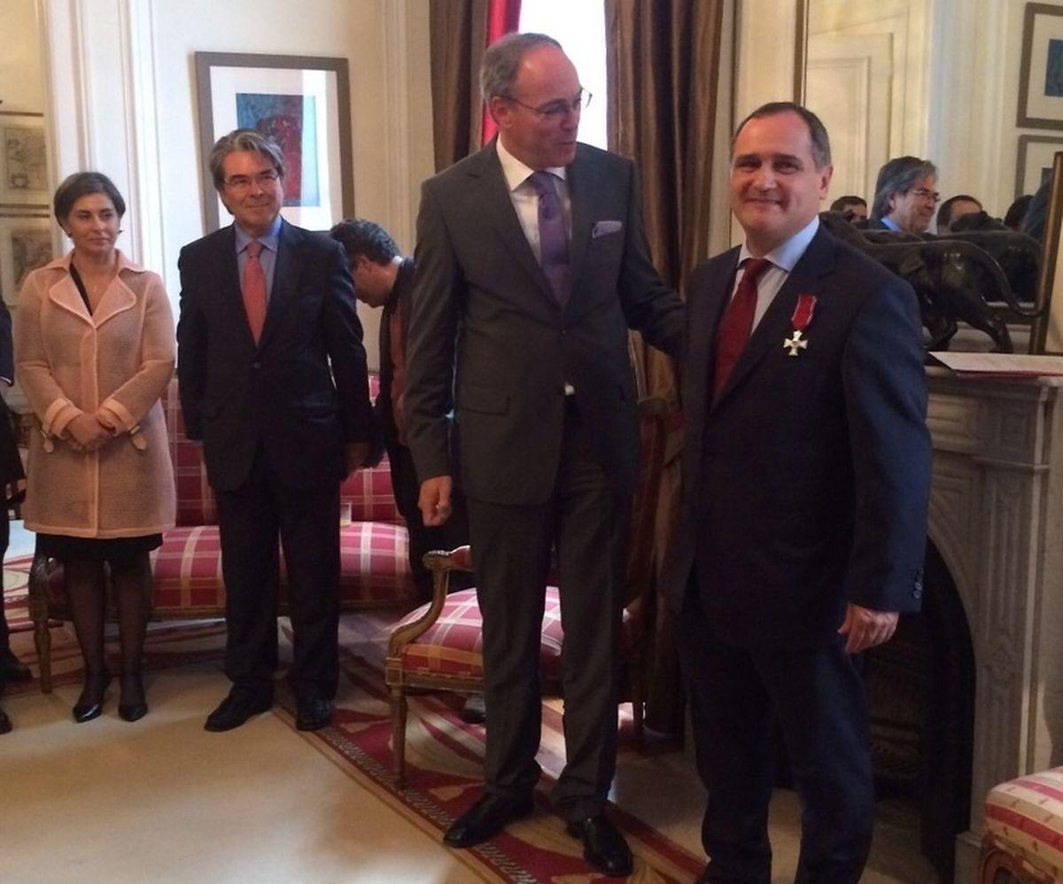 Paulo Pisco recebeu a condecoração das mãos do embaixador do Luxemburgo em Lisboa, Paul Schmit