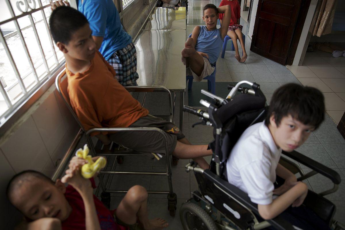 """Im """"Peace Village"""" des Tu Du Hospitals in Ho Chi Minh-Stadt: Behinderte Kinder warten auf ihr Mittagessen."""