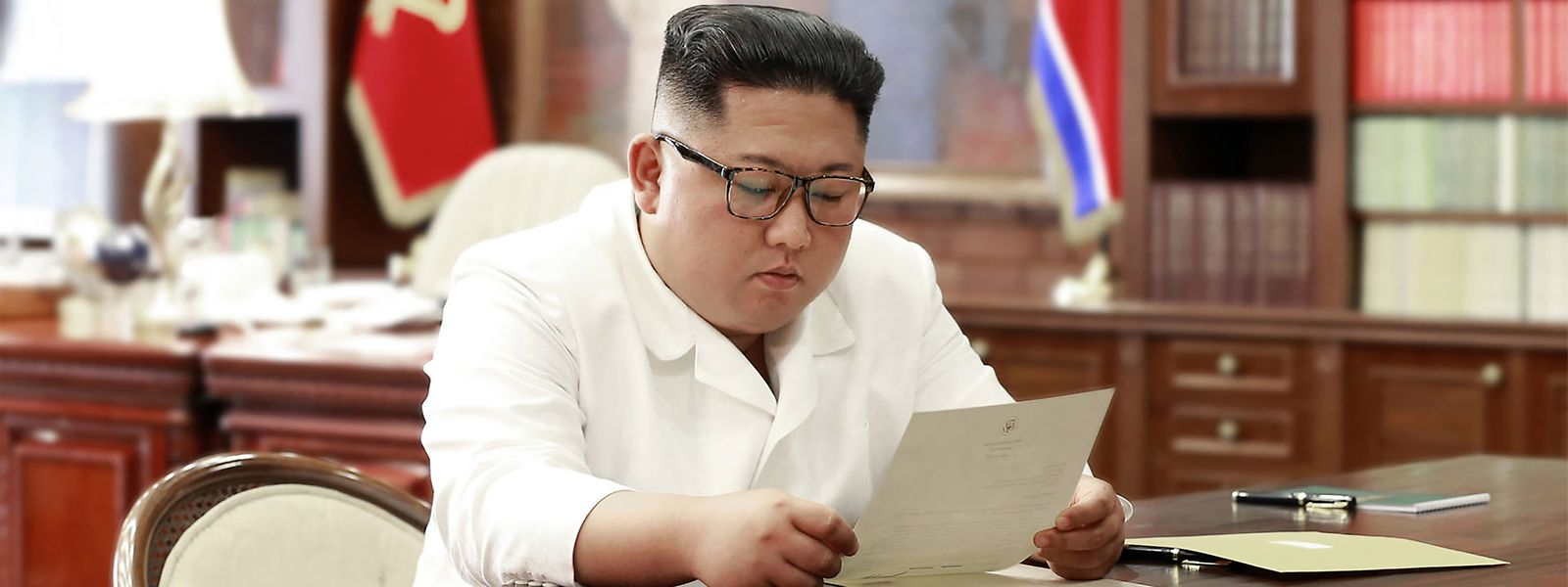 Kim Jong-Un a ler uma carta enviada por Donald Trump. A foto foi divulgada a 23 de junho de 2019 pela agência de notícias da Coreia do Norte (KCNA).