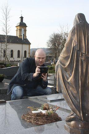 Fotoapparat, Messband und App im Telefon sind die wichtigsten Werkzeuge, mit denen Christoph Streb auf dem Friedhof arbeitet. Jedes Grab wird mit Namen, Daten und Charakteristika in die Datenbank eingetragen, einem bestimmten Typus zugeordnet und für weitere Auswertungen abgespeichert.