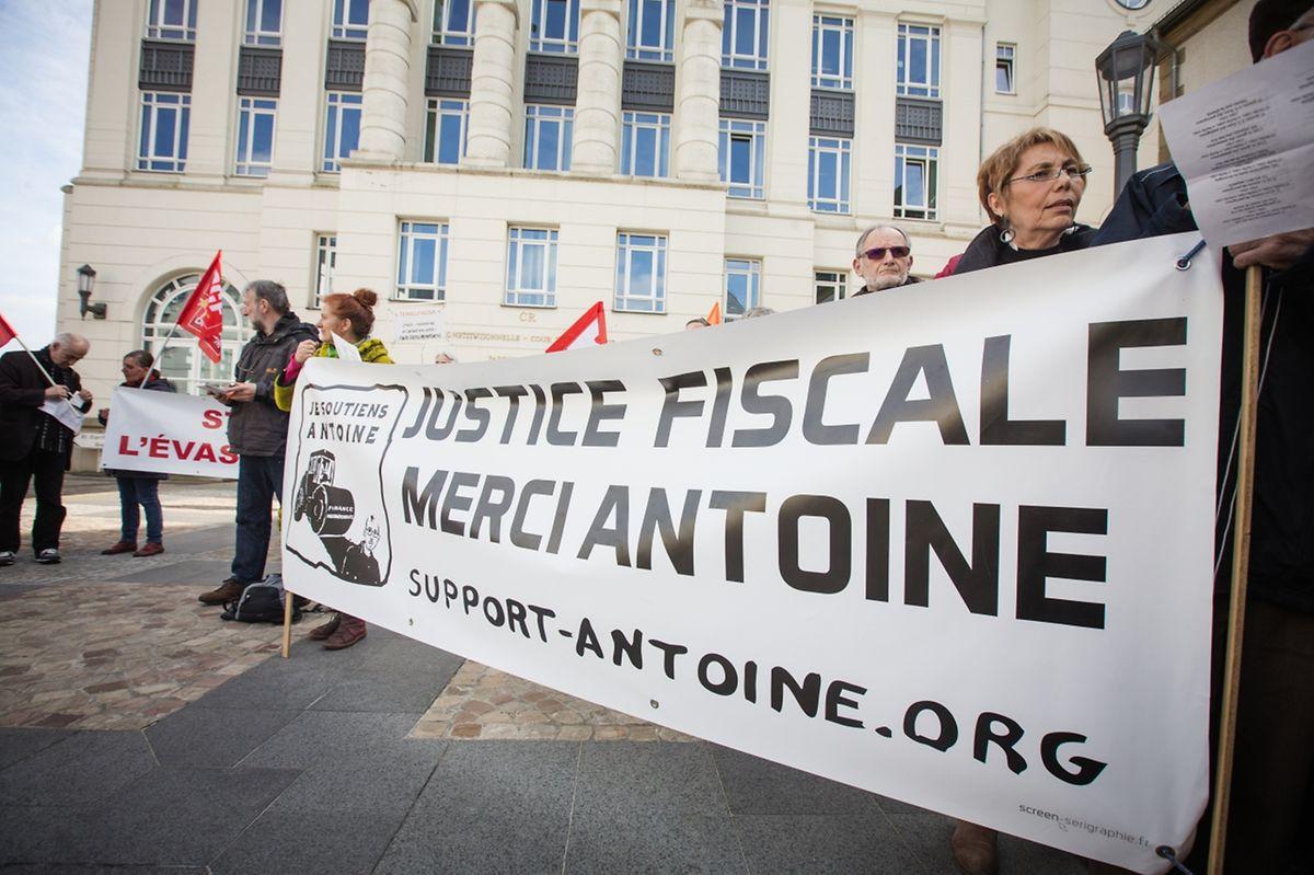 Aktivisten demonstrierten vor dem Gerichtsgebäude für einen Freispruch von Antoine Deltour.