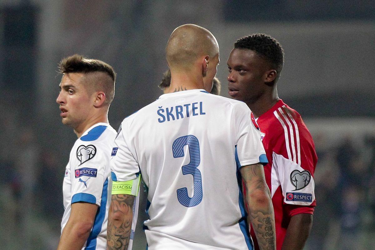 Martin Skrtel tente d'impressionner Christopher Martins, le joueur de Liverpool n'y arrivera pas.