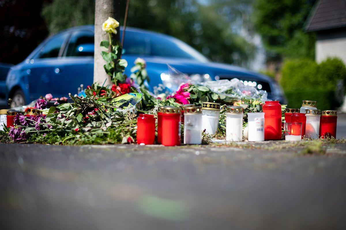 Bild aus dem April 2019: Blumen und Kerzen stehen an der Stelle in Moers, an der die unbeteiligte Frau bei einem mutmaßlichen Autorennen verletzt wurde und später gestorben ist.