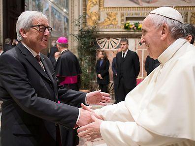 Würdenträger unter sich: Papst Franziskus begrüßt Jean-Claude Juncker.