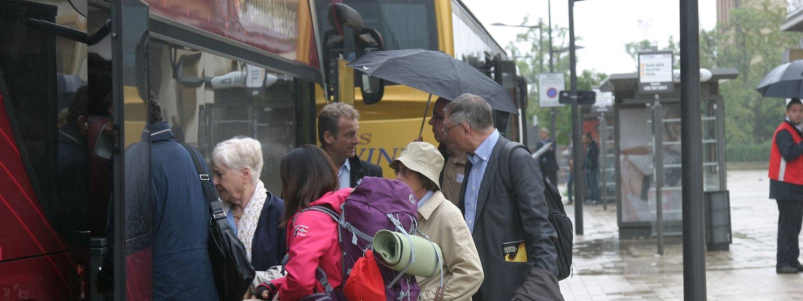 Tous les voyageurs venant de France et qui veulent rejoindre le Luxembourg sont gentiment priés de prendre un bus de substitution à la gare de Thionville. A l'intérieur il faut patienter. Le bus ne partira qu'une fois plein.