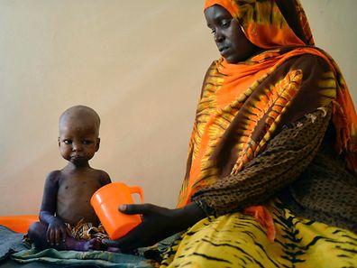 Ein unterernährtes Kind und seine Mutter werden in einem Spital im Süd-Westen von Somalia betreut.
