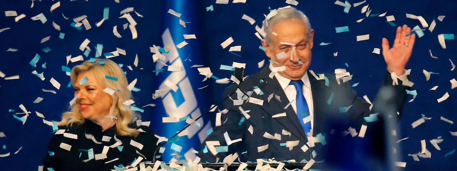 Une incontestable victoire personnelle: Benjamin Netanyahu avec son épouse devant ses partisans à Tel Aviv.