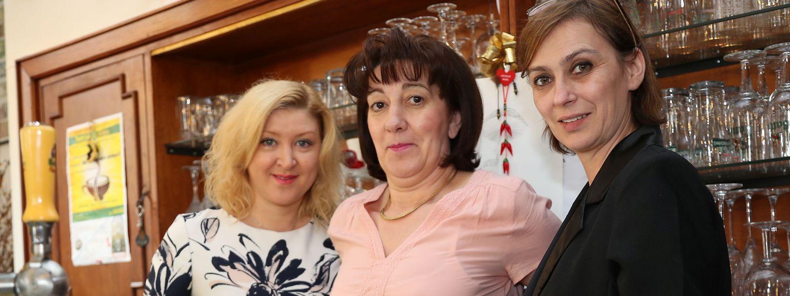 Bewährtes Trio hinter dem Tresen: Yuliya, Anita und Sanda (v.l.n.r.) sorgen in der Taverne Battin für eine freundliche Bedienung.