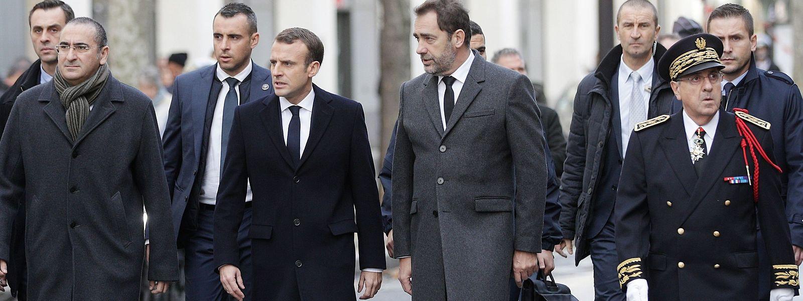 Le président Macron au centre, entouré du ministre de l'Intérieur Christophe Castaner (2e à dr.) et du préfet de police Michel Delpuech (à dr.).