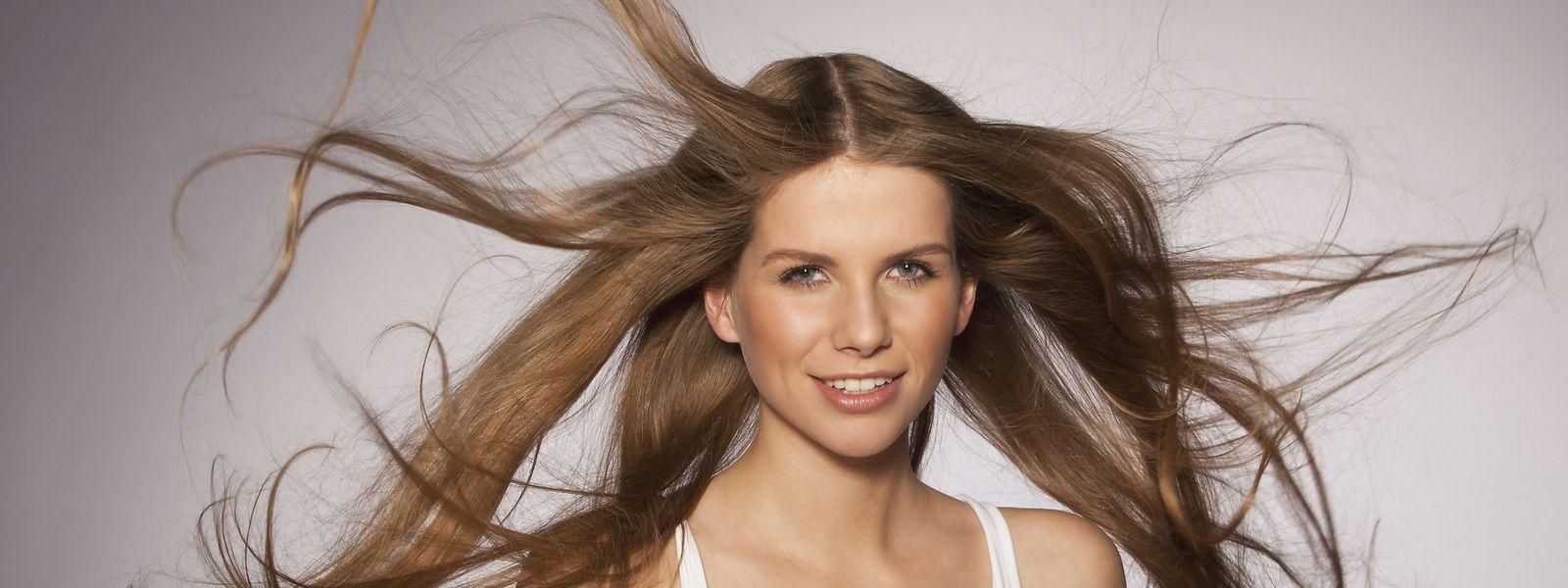 Vor allem wer langes Haar hat, braucht die richtige Pflege. Meist besteht sie aus Shampoo, einer Pflegespülung oder gar einer Haarkur.