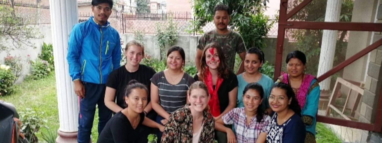 """Lisa Rock (Mitte) fühlte sich bei den Mitarbeitern der """"Umbrella Foundation"""" sichtlich wohl."""