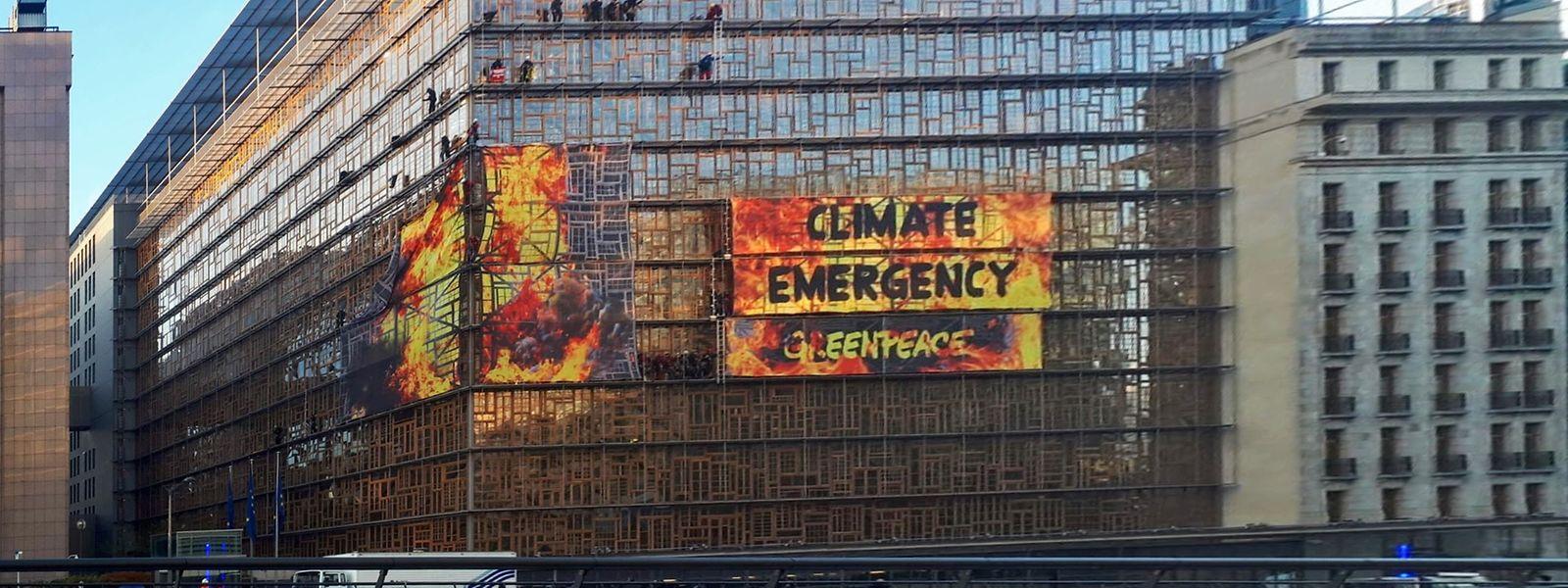 Die Aktivisten an der Fassade des Gebäudes des Europäischen Rats in Brüssel.