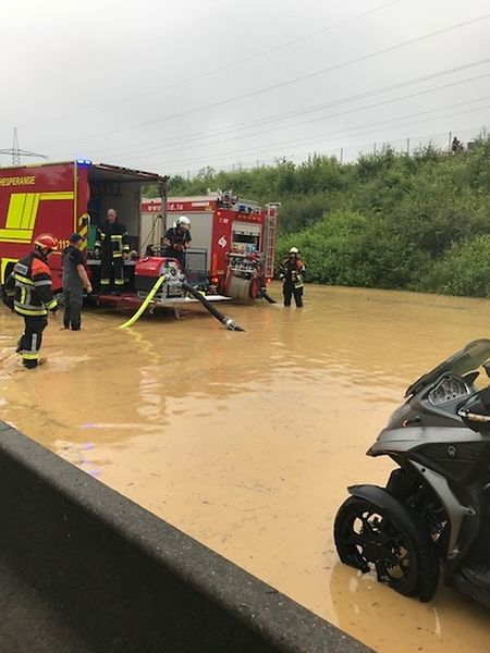 Les pompiers pompent l'eau présente sur l'A3 en ce lundi après-midi.
