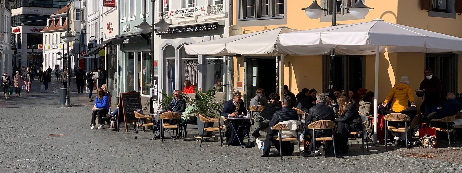 Im Saarland dürfen seit Dienstag wieder Terrassen öffnen, wie hier am St. Johanner Markt in der Landeshauptstadt Saarbrücken.