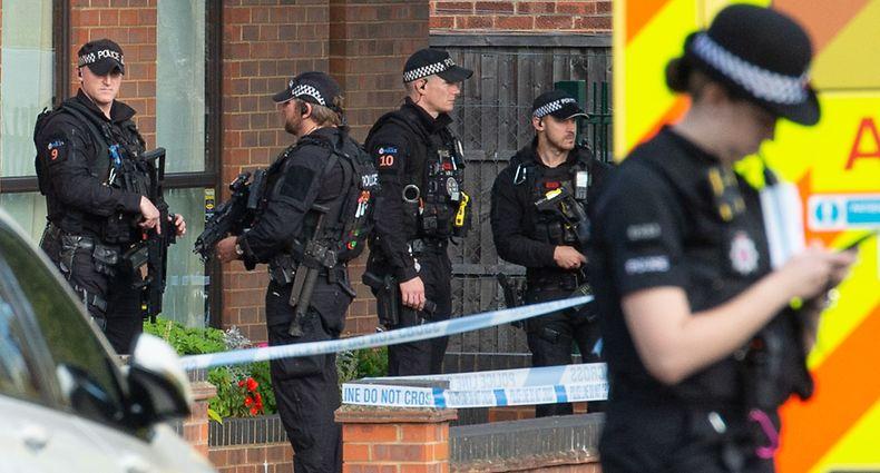 15.10.2021, Großbritannien, Leigh-On-Sea: Polizeibeamte und Rettungskräfte stehen am Tatort in der Nähe der Belfairs Methodist Church, wo der konservative Abgeordnete David Amess zum Opfer eines Messerangriffs wurde. Nach Berichten über einen Messerangriff auf einen Abgeordneten in Großbritannien hat die Polizei bestätigt, dass es einen Toten gab. Unklar war zunächst, ob es sich dabei um den Abgeordneten handelte. Foto: Nick Ansell/PA Wire/dpa +++ dpa-Bildfunk +++