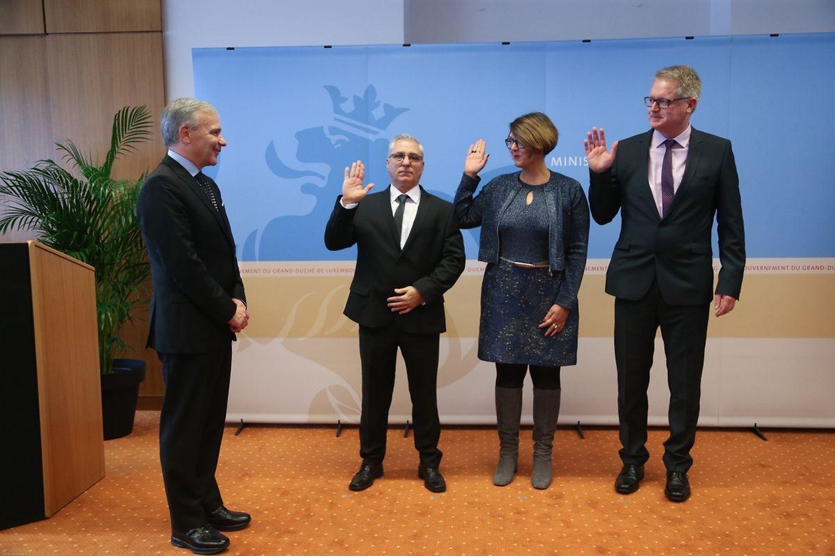 O momento do juramento do novo Colégio de Vereadores de Bettendorf, formado pela burgomestre Pascale Hansen, José Vaz do Rio (primeiro vereador) e Paul Troes (segundo vereador).