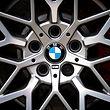 16.05.2019, Bayern, München: Das Logo des Münchner Autobauers BMW ist auf den Felgen eines Autos zu sehen. In der Münchner Olympiahalle kommen am 16.05.2019 BMW-Aktionäre zur Hauptversammlung zusammen. Foto: Sina Schuldt/dpa +++ dpa-Bildfunk +++