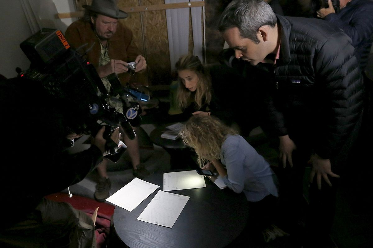 Medienvertreter beim Durchsuchen der Wohnung der beiden Attentäter.