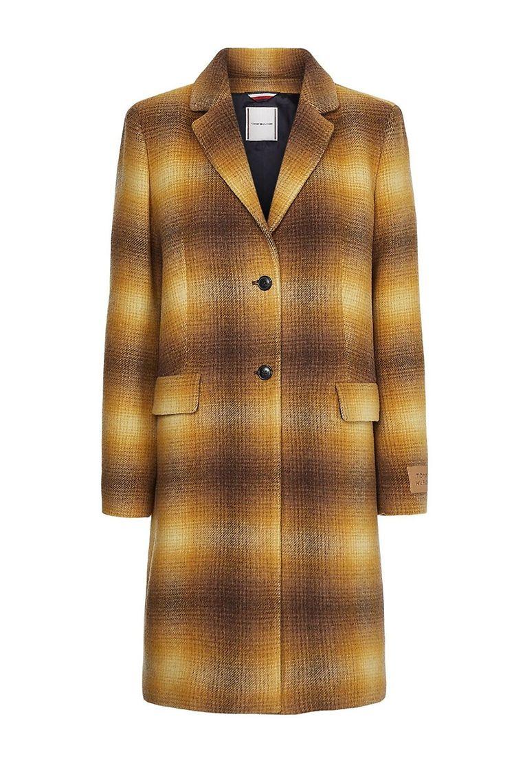 Der perfekte Begleiter für alle, die auch noch ein wenig Bein zeigen wollen: knielanger Mantel aus wiederverwerteter Baumwolle von Tommy Hilfiger, um 350 Euro. P.S. Dieses Must-have ist auch in Blau erhältlich.
