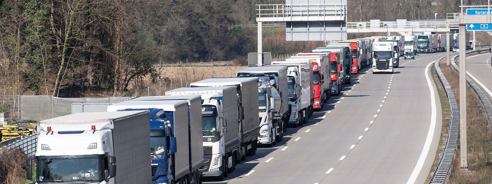 In einer langen Schlange stauten sich Lastwagen bereits am Dienstagnachmittag vor der Grenze mit der Schweiz.