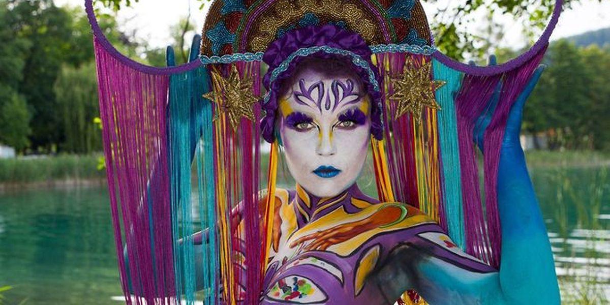 """Lynn Schockmels Interpretation zum Thema """"Pop Art"""". Das Model Larissa Von Soest trägt einen Hut von """"Posh Fairytale Couture""""."""