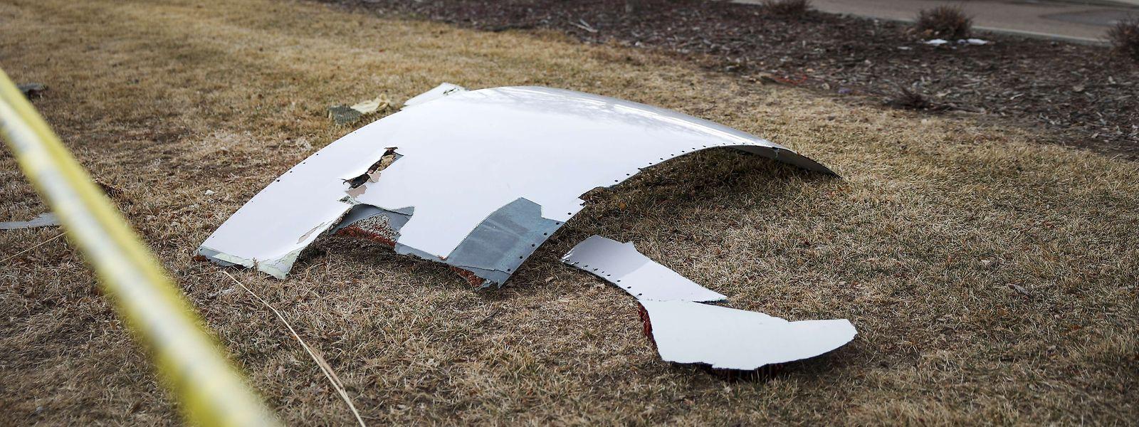 Partes do motor do aparelho caíram numa área residencial em pleno voo, sem no entanto provocar feridos, no estado do Colorado.