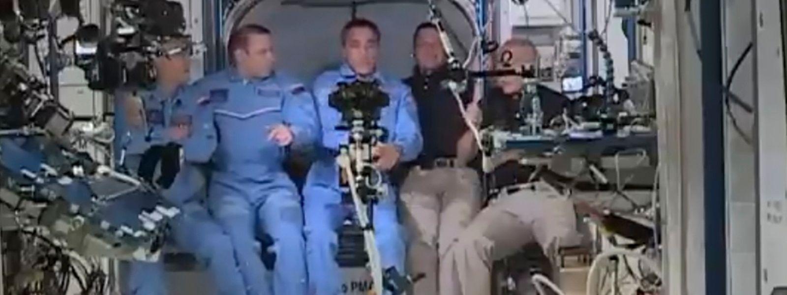 Douglas Hurley(R) und Robert Behnken bei der Ankunft auf der ISS.