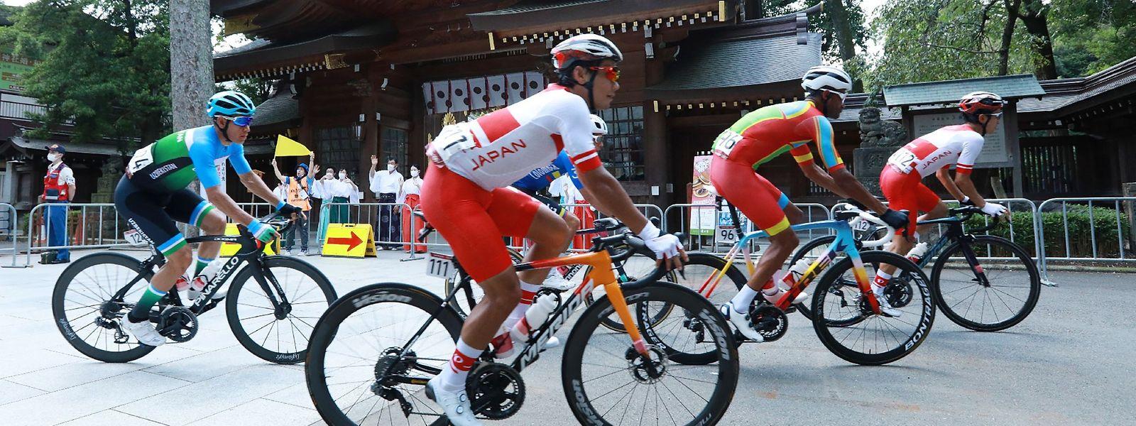 Amanuel Ghebreigzabhier aus Eritrea (2.v.r.) wird beim Einzelzeitfahren rassistisch beleidigt.