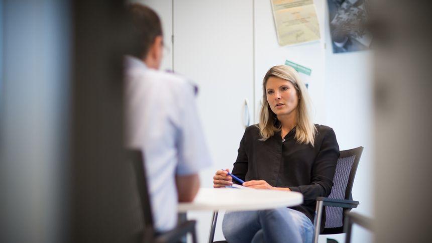 Polizeipsychologin Jennifer Heuschling hat es sich zur Aufgabe gemacht, Themen wie Burnout, traumatischer Stress und Suizid im offenen Gespräch mit den Polizisten zu enttabuisieren.