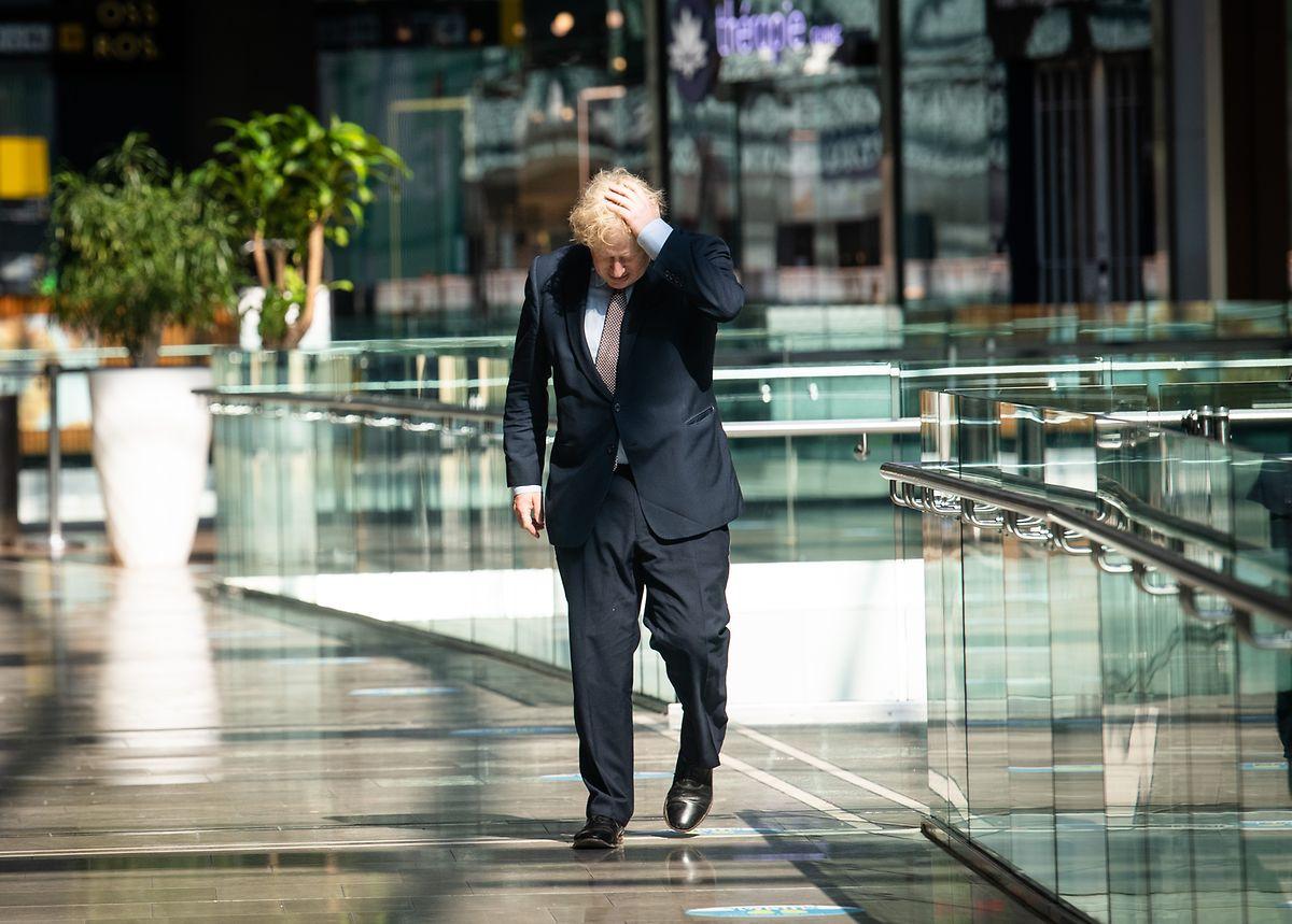 Boris Johnson, Premierminister von Großbritannien, fasst sich an den Kopf bei seinem Besuch im Londoner Einkaufszentrum Westfield Stratford. Johnson inspiziert während seines Besuchs die Corona-Sicherheitsmaßnahmen für die morgige Wiedereröffnung.