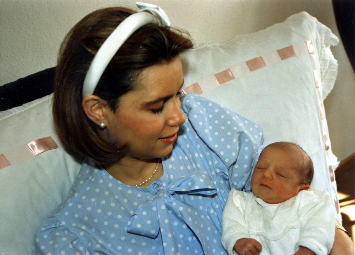 A Princesa Alexandra nos braços da Grã-Duquesa Maria Teresa após o seus nascimento.