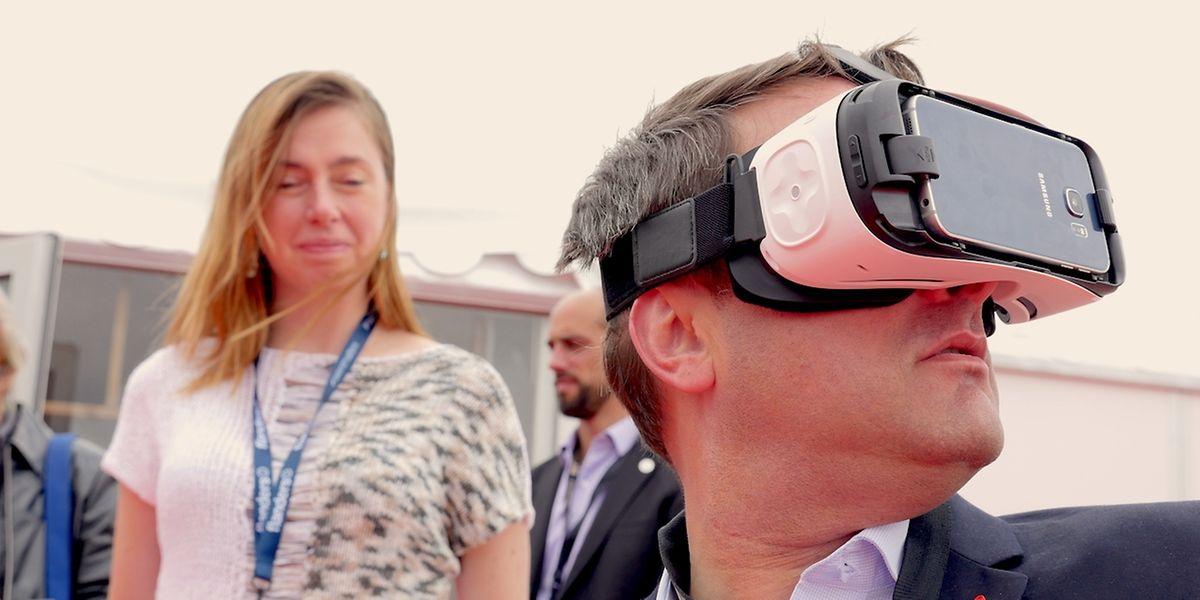 Xavier Bettel testant la réalité virtuelle au dernier festival de Cannes