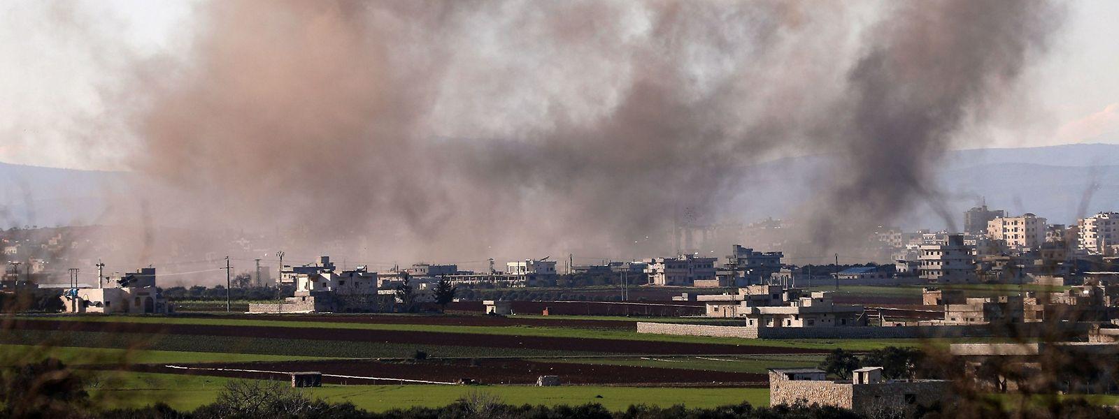 Rauch über der Stadt Sarageb östlich von Idlib. Idlib ist das letzte große Rebellengebiet in Syrien.