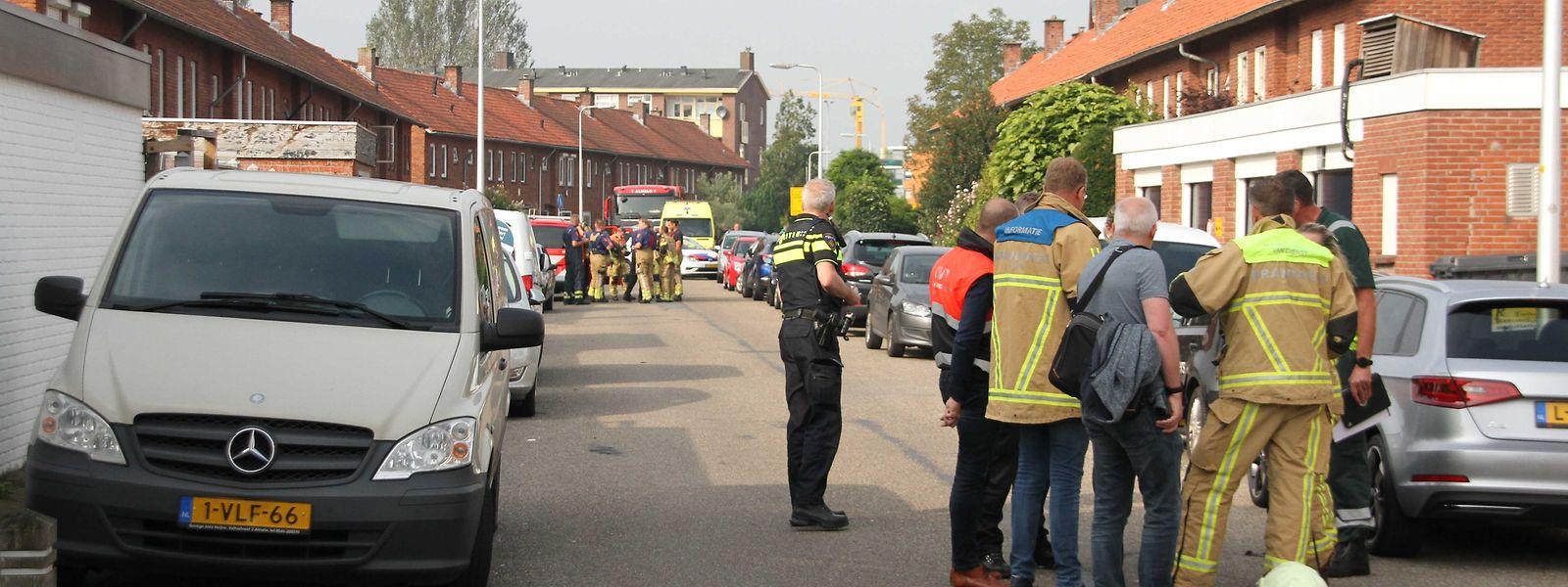 Polizisten in der Nähe des Tatorts in Almelo.