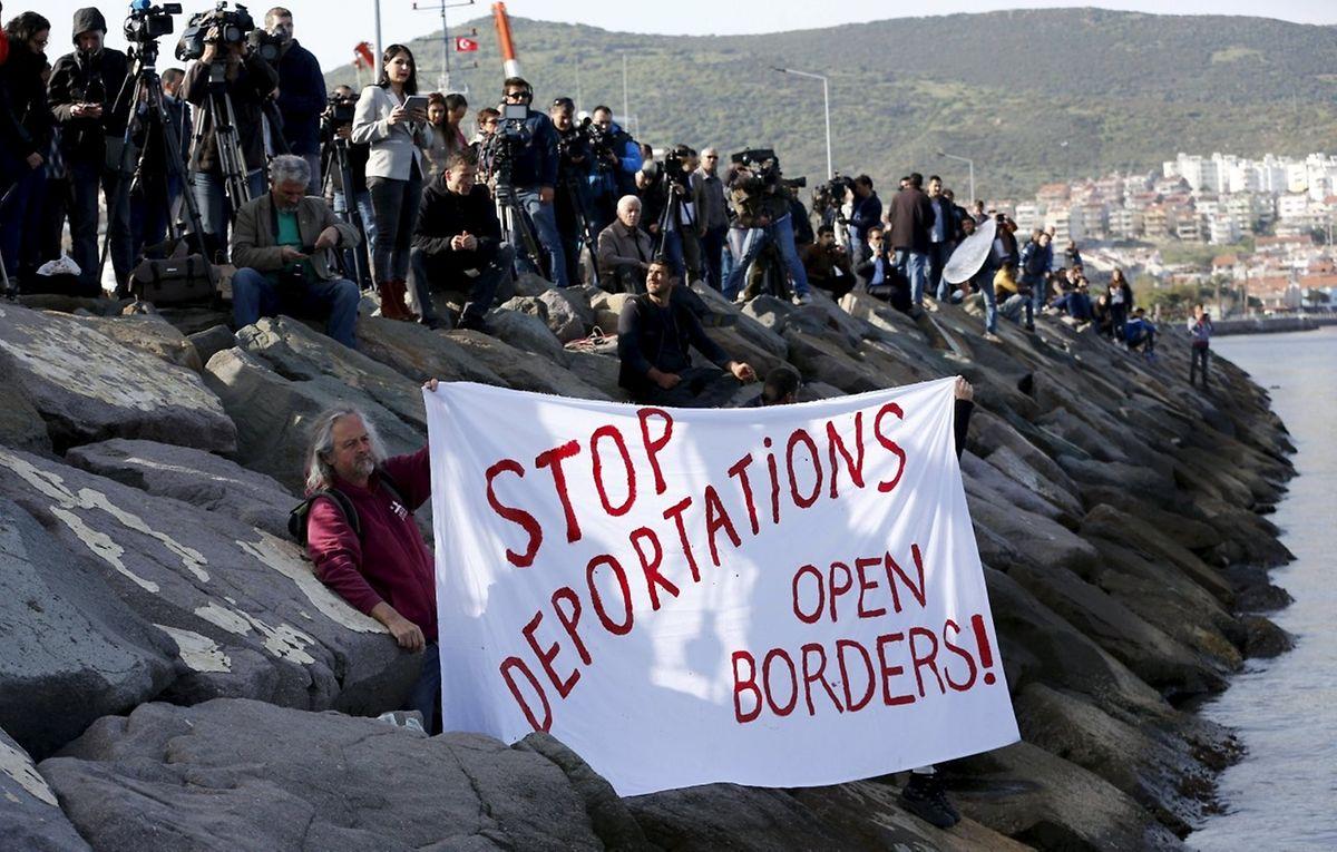 Im türkischen Dikili fordern Aktivisten offene Grenzen.