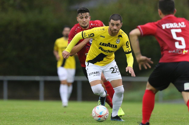 Nicolas Perez (gelb) setzte sich mit F91 im 1/32-Finale der Coupe de Luxembourg in Kehlen gegen Almin Kocan und Co. durch.