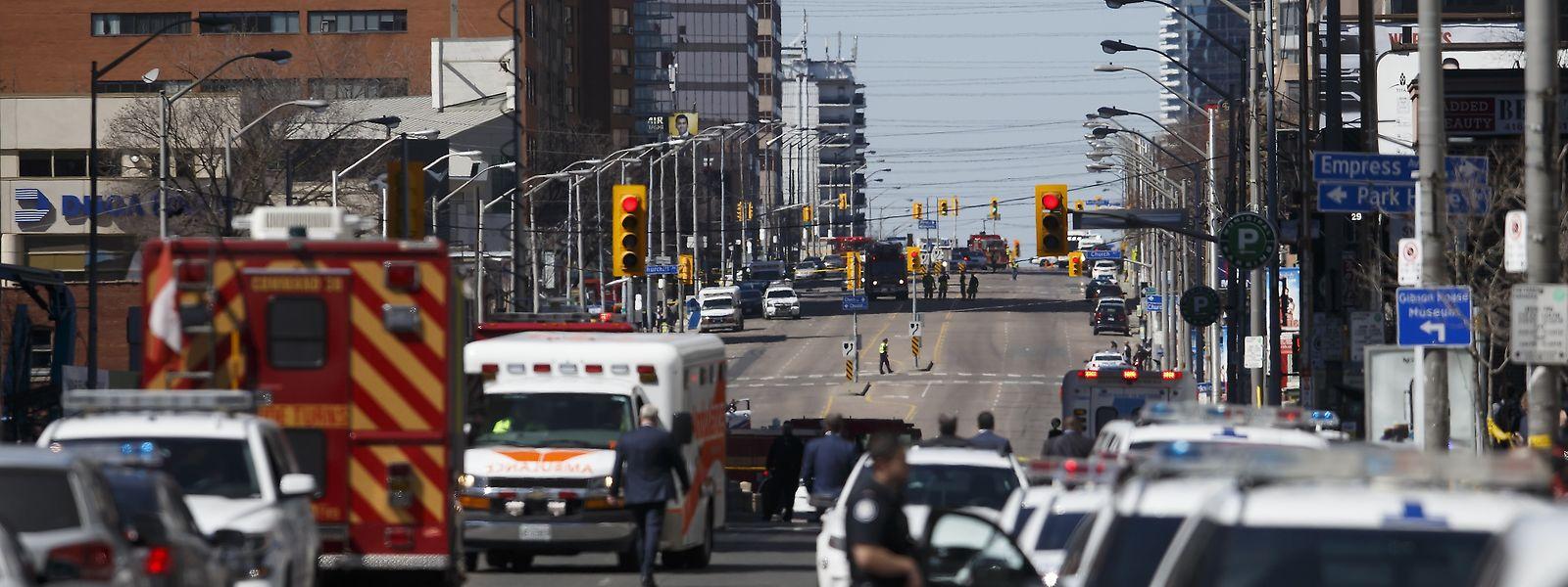 Neun Menschen starben und 16 wurden verletzt. Warum der Fahrer des Lieferwagens in die Menschenmenge fuhr, ist unklar. Er soll bewaffnet gewesen sein.