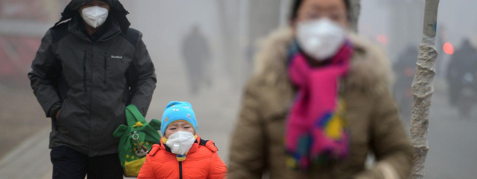 Dicke Luft und schlechtes Klima: In chinesischen Großstädten haben sich manche Bewohner daran gewöhnt, jeden Tag Atemmasken zu tragen.