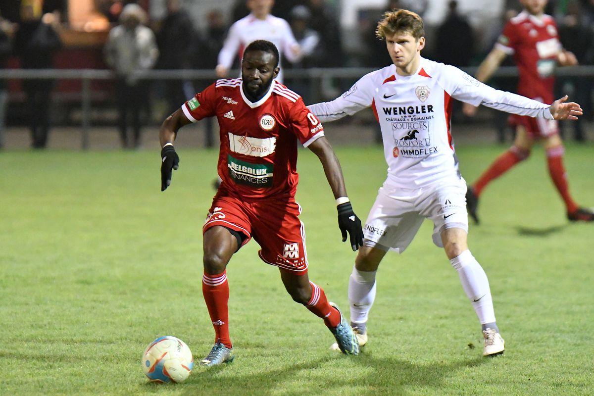 Momar N'Diaye (à g., en rouge) et le FC Rodange 91 accueillent Mondorf pour un nouveau match à six points, tandis que le Victoria Rosport de Michel Bechtold (à dr., en blanc) reçoit le FC Differdange 03