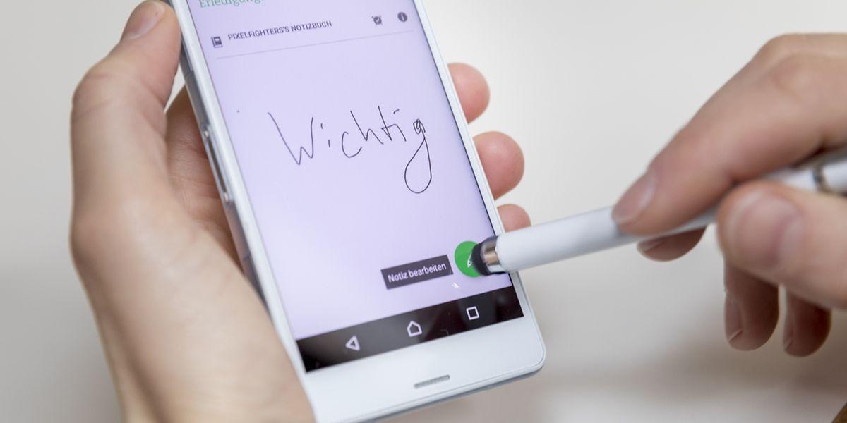 Mit für Touchscreens geeigneten Zeichenstiften lassen sich Notizen auch per App handschriftlich auf dem Telefon anlegen. Einige Modelle bringen den Stift ab Werk bereits mit.
