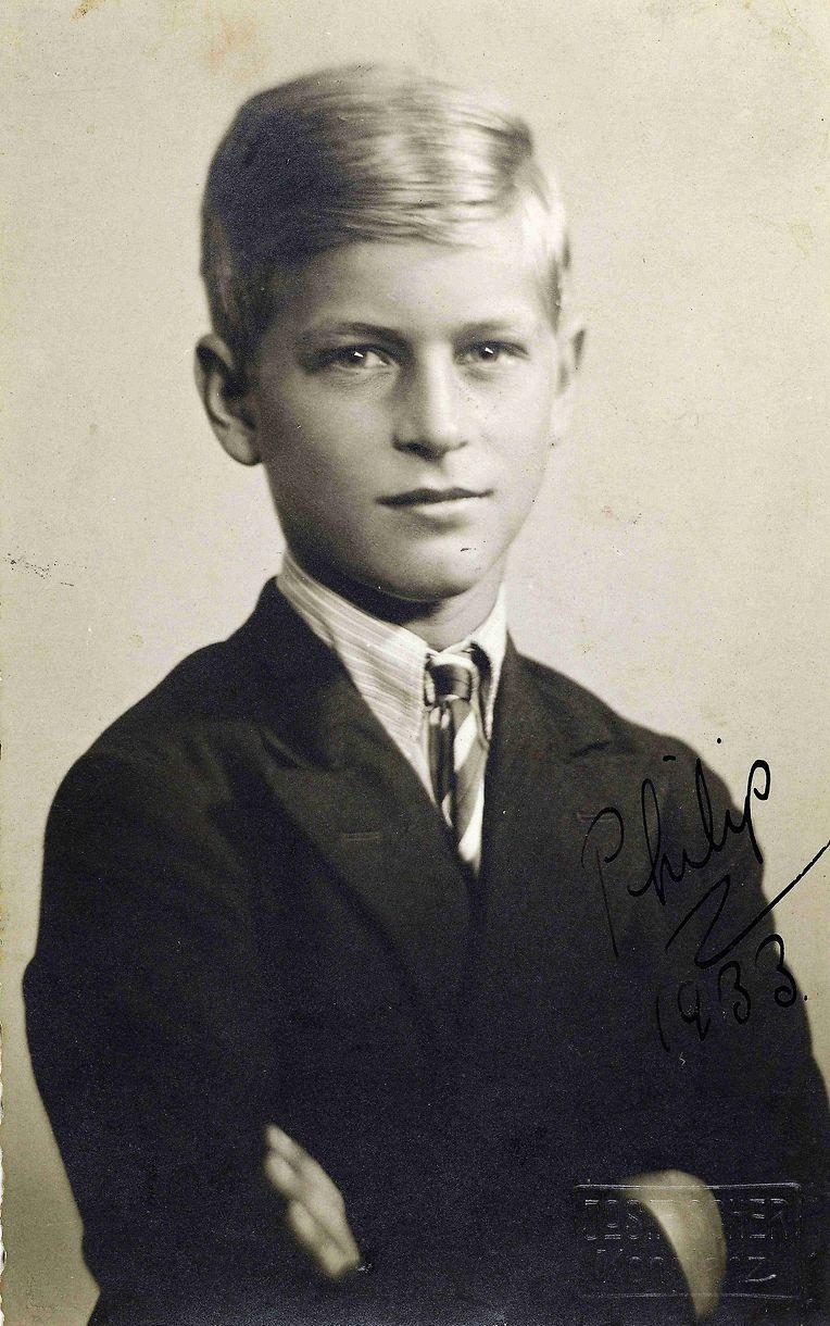 Prinz Philip wurde 1921 als wahrhafter Weltbürger auf der griechischen Insel Korfu geboren. Sein Vater war Andreas von Griechenland, seine Mutter Prinzessin Alice von Battenberg aus dem Geschlecht der Großherzöge von Hessen.