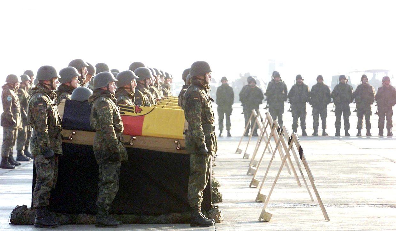 2002, Kabul: Deutsche Soldaten stehen neben den Särgen ihrer Kollegen auf dem Militärflughafen Kabul bei einer Gedenkfeier, bevor sie die Leichen nach Deutschland zurückbringen. Bei einem Hubschrauberabsturz in Afghanistan waren am 21. Dezember 2002 sieben deutsche Soldaten ums Leben gekommen.