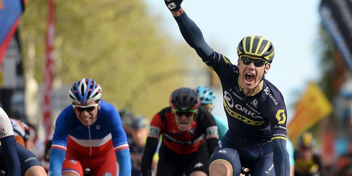 Le Sud-Africain Daryl Impey (Orica) le poing droit levé pour célébrer sa victoire dans la 6e étape, ce jeudi