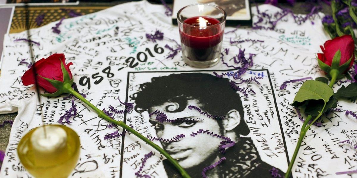 Weltweit trauern Fans um Prince. In New York legen sie Kerzen, Rosen und Fotos vorm Apollo Theater nieder.