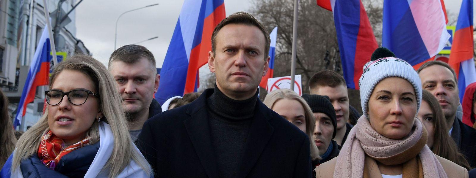 Der russische Kreml-Kritiker Nawalny (Mitte) war am 20. August während eines Inlandsflugs in Russland zusammengebrochen.