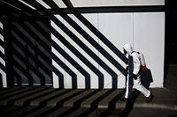 28.03.2020, Portugal, Cascais: Mitarbeiter der Stadt desinfizieren Straßen, um die Ausbreitung des Coronavirus einzudämmen. Foto: Pedro Fiuza/ZUMA Wire/dpa +++ dpa-Bildfunk +++