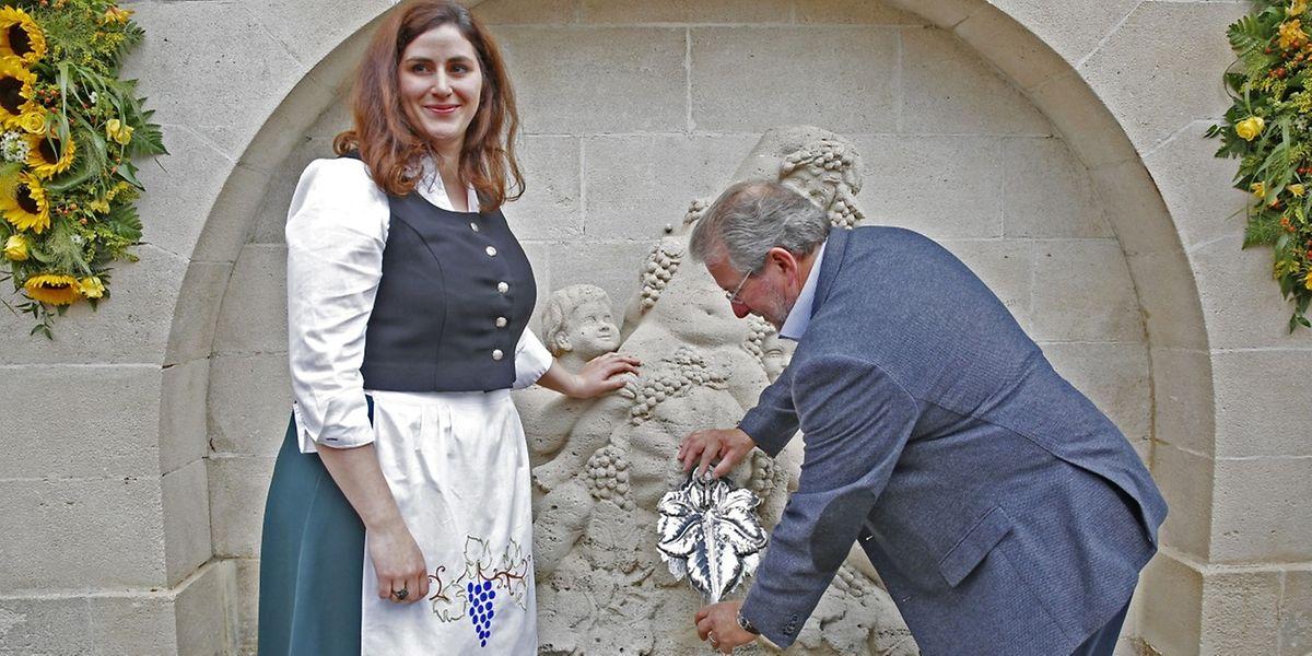 Wie es die Tradition will, wurde der Weinbrunnen angezapft.